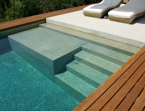 Wij plaatsen niet alleen uw zwembad, maar verzorgen ook de volledige afwerking.